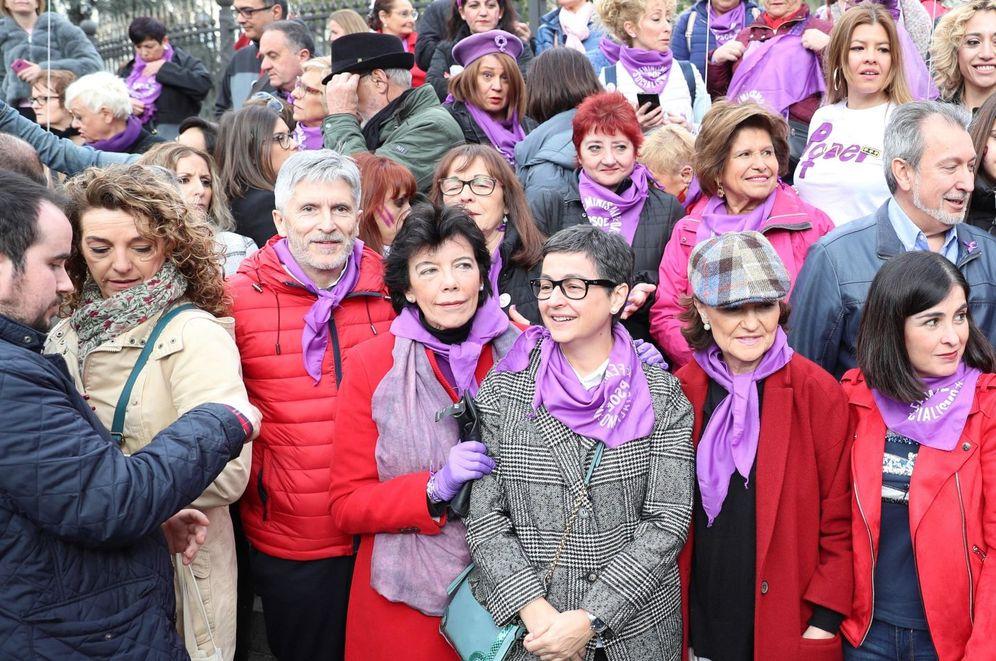 Foto: La vicepresidenta primera, Carmen Calvo, junto a varios ministros y dirigentes socialistas, en la pasada manifestación del 8-M, en Madrid. (EFE)