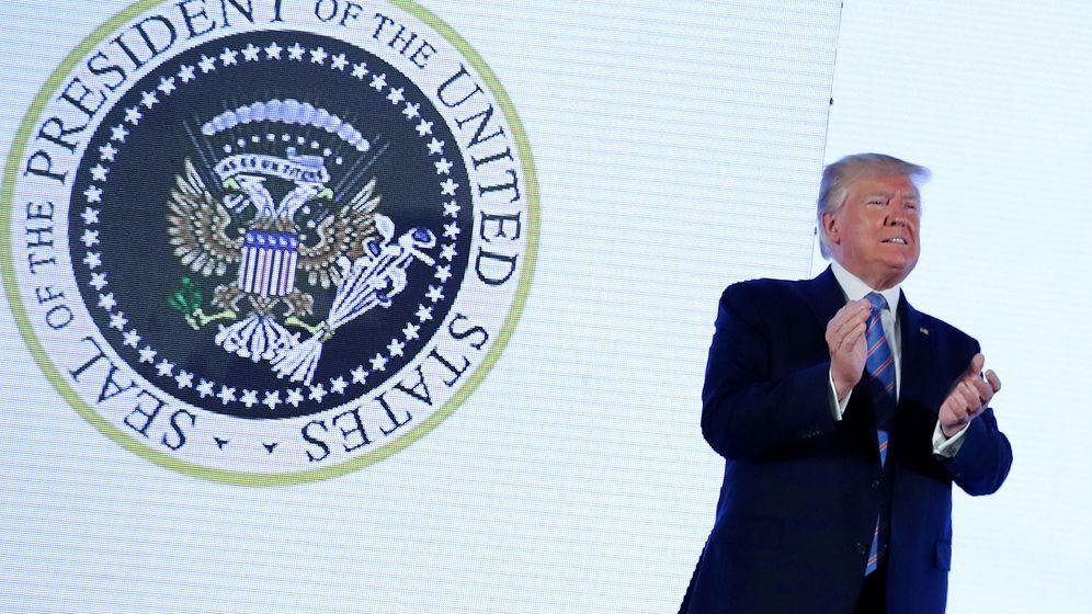 Foto: Trump pronuncia su discurso sin reparar en el escudo alterado. (Reuters)