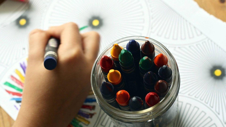 Un menor colorea. (Pixabay)