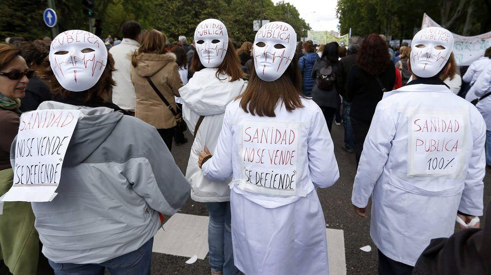 Foto: Manifestación de la Marea Blanca, organizada por la Mesa en Defensa de la Sanidad Pública, integrada por plataformas de trabajadores y usuarios además de sindicatos. (Efe)