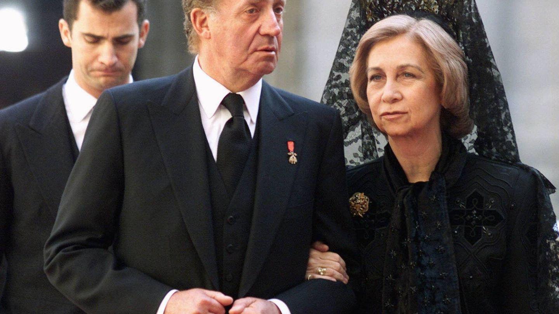 Los Reyes eméritos con el actual monarca. (Gtres)