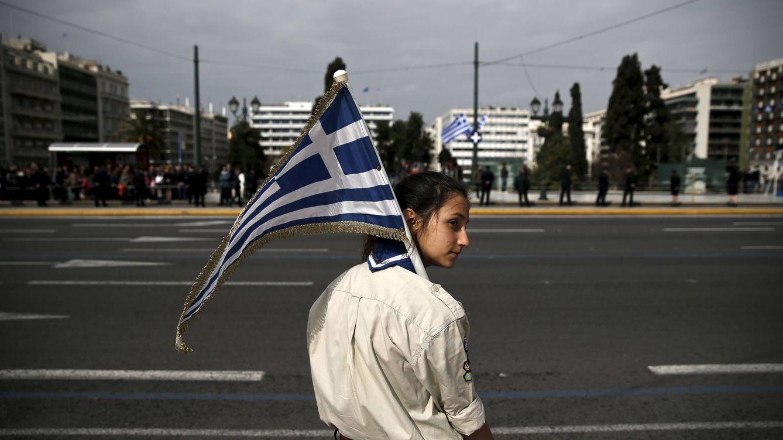 Foto: Una joven scout con la bandera nacional griega durante un encuentro de estudiantes en Atenas, en marzo de 2015 (Reuters).