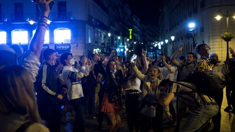 El fin del estado de alarma se celebra en la calle con cerveza y al grito de libertad