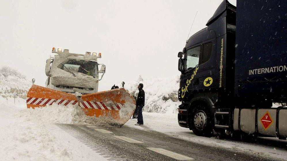 Foto: Una máquina quitanieves despeja una carretera. (EFE)