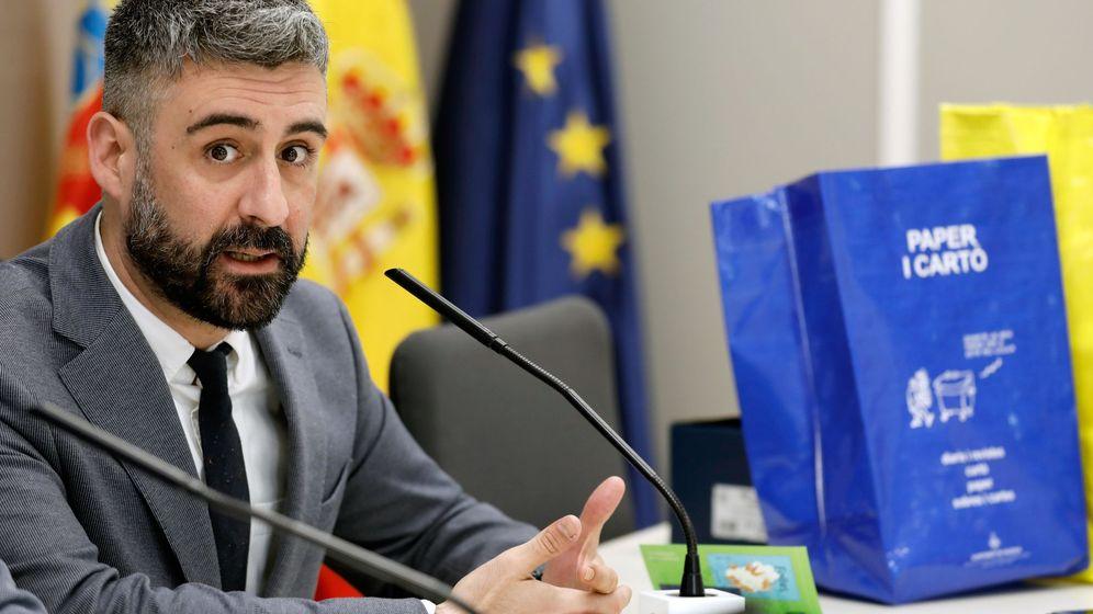 Foto: El concejal de Valencia Pere Fuset, cuando anunció la renuncia a sus competencias tras el procesamiento. (EFE)
