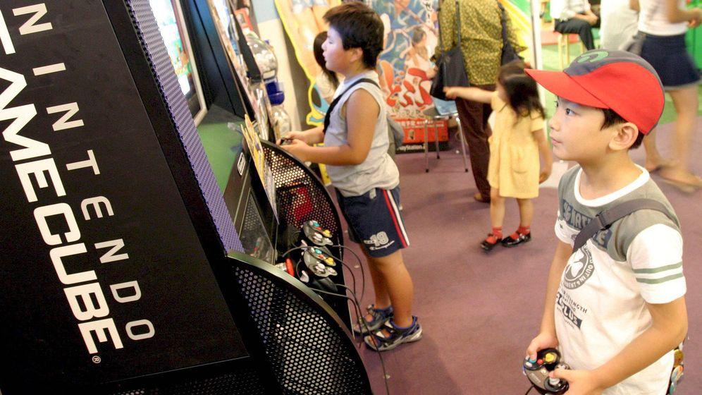 Foto: Varios niños japoneses mientras juegan a un videojuego. Foto:  EFE/Everett Kennedy Brown