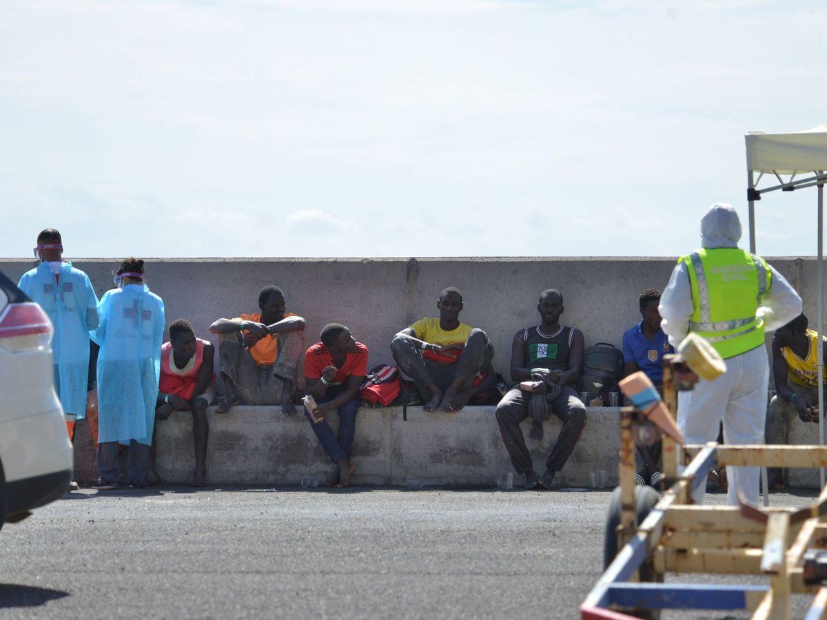 Foto: Inmigrantes atendidos en el puerto de La Estaca, al noreste de El Hierro. (EFE)