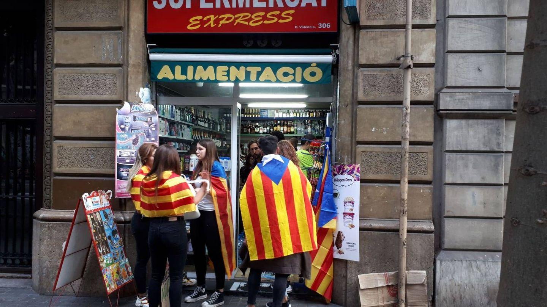 Jóvenes compran bebidas durante las manifestaciones. (Rafael Méndez)