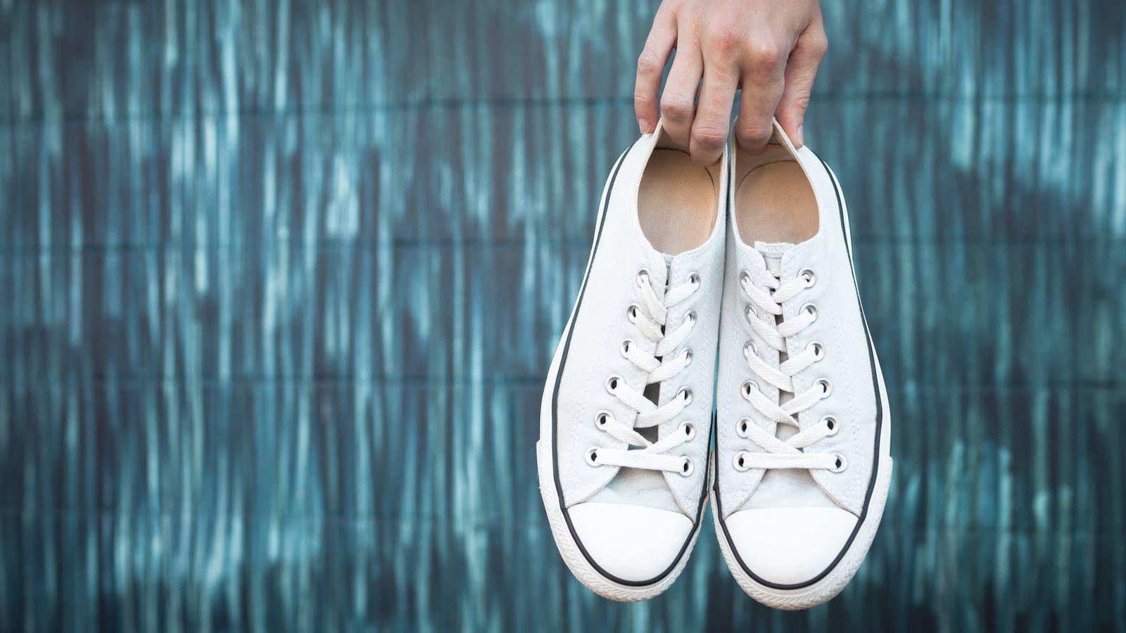 158b2feae82 Virales  Como nuevas  el truco casero para limpiar unas zapatillas blancas