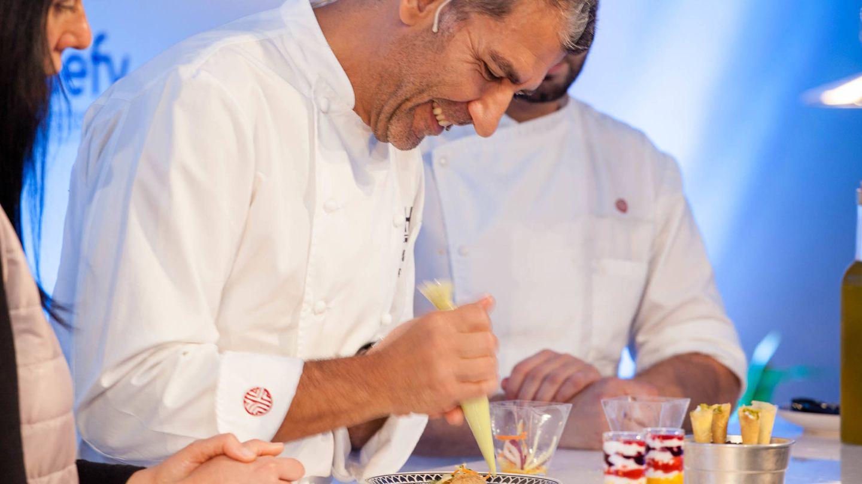 El chef Paco Roncero prepara un taco con verduras y guacamole de yogur. (Jorge Álvaro)
