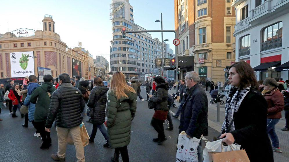 Foto: La gente realiza sus compras navideñas en la Gran Vía de Madrid. (EFE)
