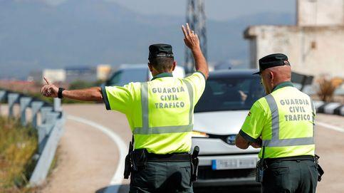 Arrastra 25 metros colgado del coche al guardia civil que le puso una multa