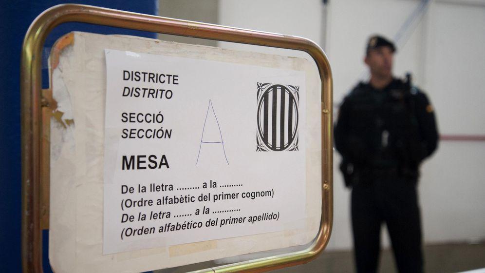 Foto: Agente de la Guardia Civil custodia el colegio de Sant Julià de Ramis (Girona) donde inicialmente tenía previsto votar Carles Puigdemont (Robin Townsend / EFE)
