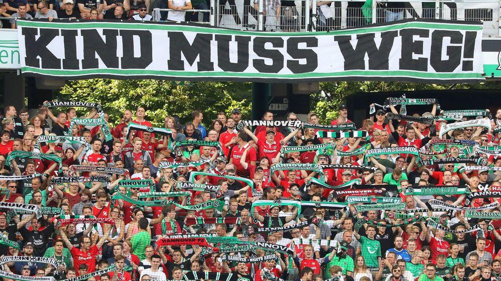Foto: Pancarta de aficionados del Hannover 96 en la que se puede leer ¡Kind tiene que irse!, en alusión a Martin Kind. (EFE)