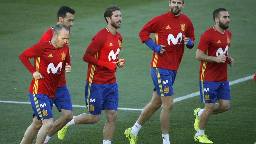 Foto: Iniesta, Busquets, Ramos, Piqué y Carvajal, durante un entrenamiento de la Selección. (EFE)
