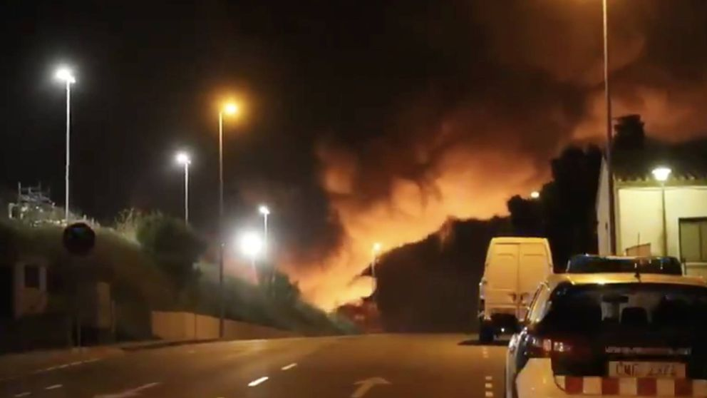 Un incendio destruye una nave de una empresa de reciclaje en Granollers