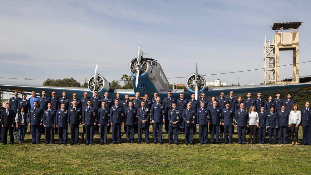 Foto: Imagen de los mandos de la Escuela Militar de Paracaidismo Méndez Parada de la base de Alcantarilla (Murcia) durante la visita del rey Felipe VI el pasado febrero. (EFE)