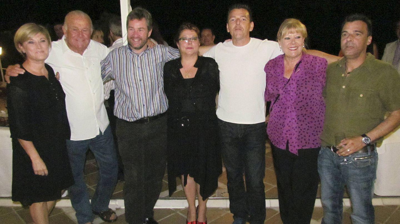 Pilar Torres (izda) junto a otros compañeros de la serie en una celebración por el 30 aniversario de la serie.(EFE)