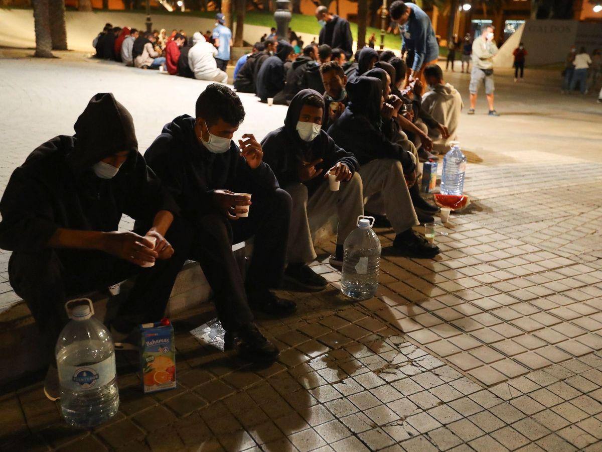 Foto: Los cerca de 200 migrantes marroquíes que se encontraban frente la Delegación del Gobierno en Las Palmas de Gran Canaria. (EFE)