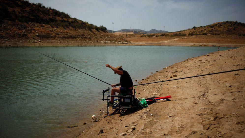 Foto: Un hombre pesca en el raquítico embalse de Guadalteba (Málaga). (Reuters)