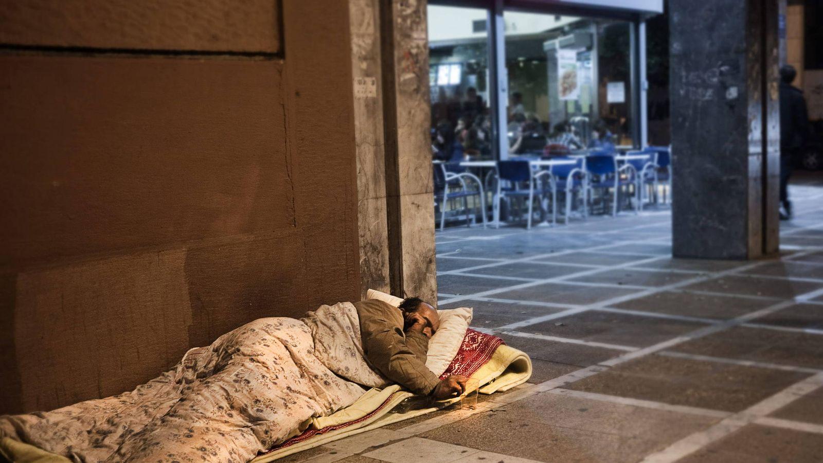 Foto: Una persona 'sin techo' duerme en la calle. (EFE)