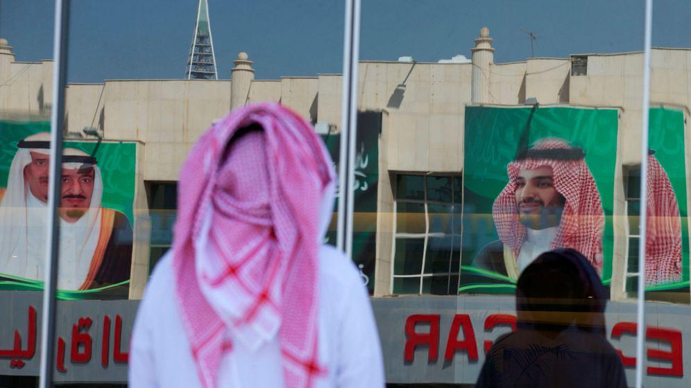 Foto: Dos transeúntes pasan frente al retrato del príncipe heredero Mohamed Bin Salman en Riad, en noviembre de 2017. (Reuters)