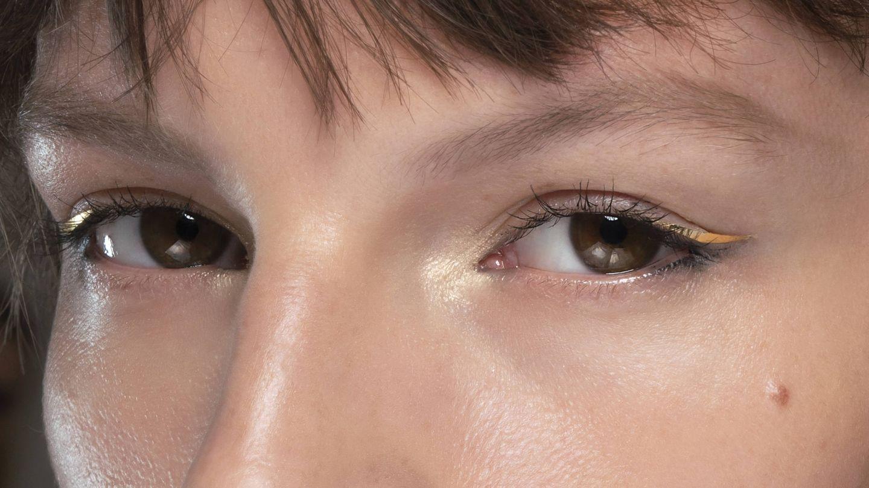 Maquillaje de Altuzarra con delineado en sticker dorado. (Imaxtree)