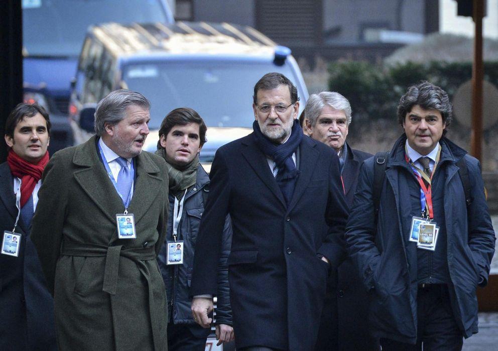 Foto: El presidente del Gobierno español, Mariano Rajoy (c), y el jefe de su gabinete, Jorge Moragas (d), a su llegada a la cumbre de jefes de Estado y de Gobierno de la Unión Europea en Bruselas (EFE)