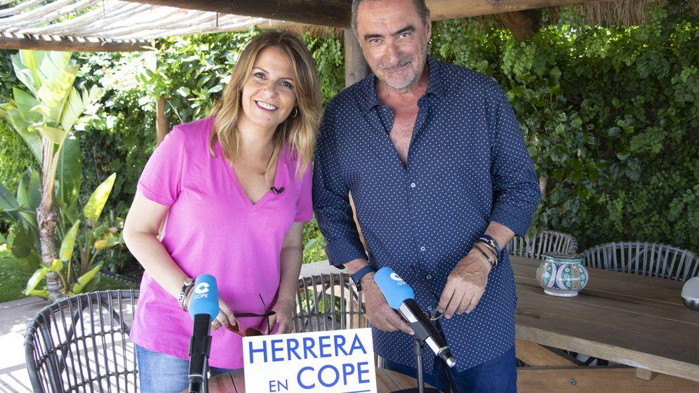 Foto: La periodista Pilar García Muñiz junto a Carlos Herrera. (COPE)