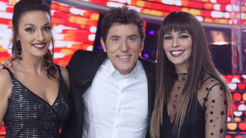 Las presentadoras caracterizadas como Ana War y Aitana, junto a Manel Fuentes. (Atresmedia)