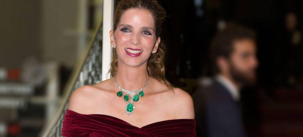 Foto: Margarita Vargas con uno de los collares más impresionantes del joyero de los Franco. (Gtres)