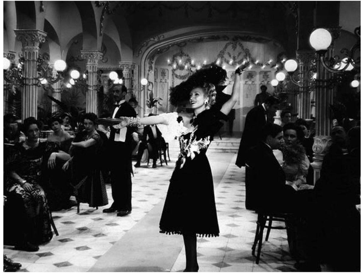 Foto: Conchita Montenegro, con vestido de Balenciaga en 'Ídolos', en 1943. (CIFESA)