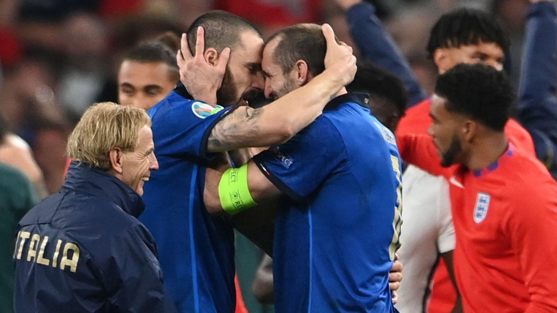 Bonucci y Chiellini celebran el triunfo en la Eurocopa. (EFE)