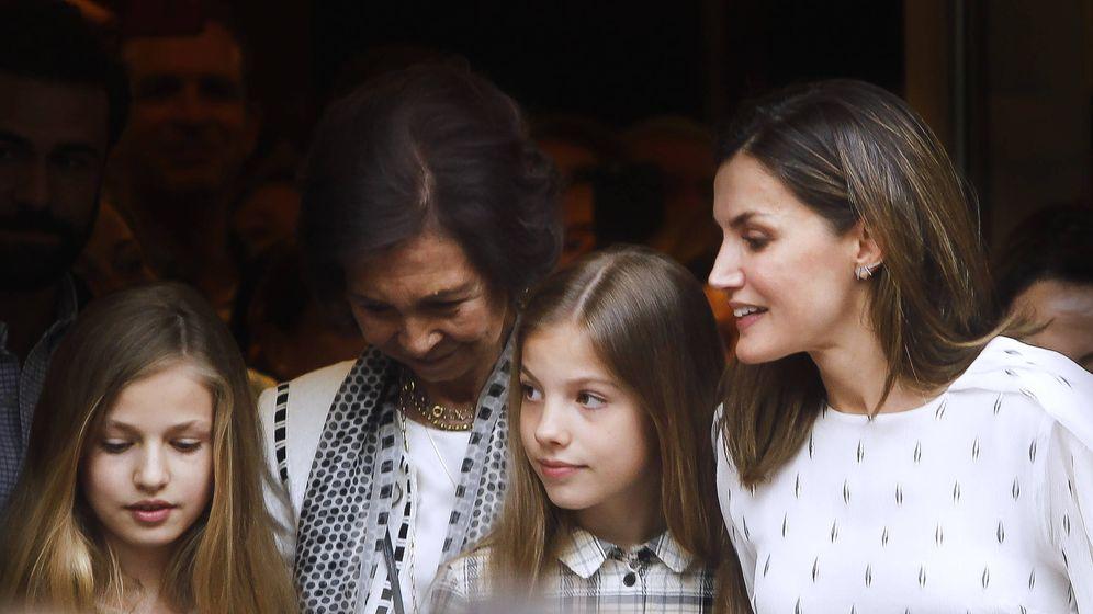 Foto: Las dos reinas con Leonor y Sofía. (Limited Pictures)