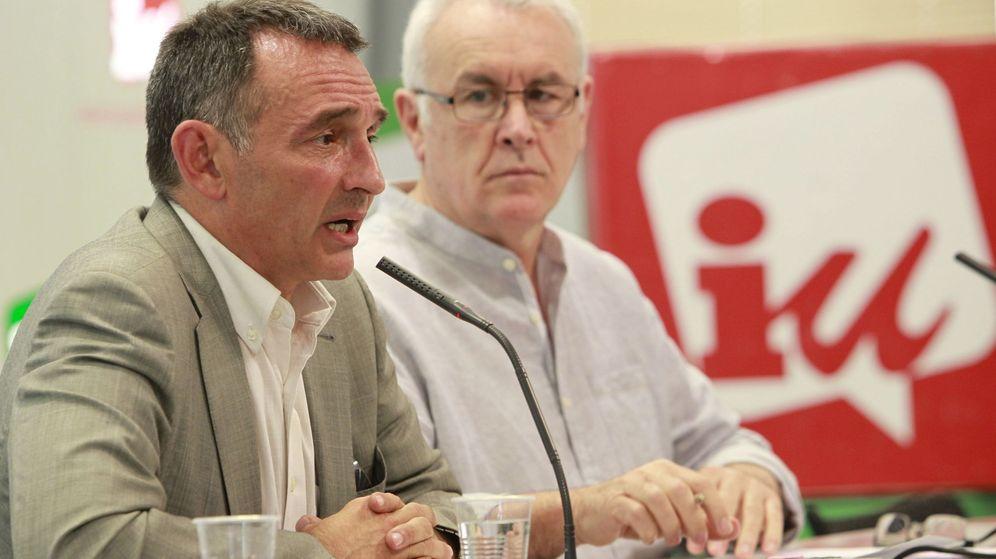 Foto: Enrique Santiago junto al coordinador general de Izquierda Unida (IU), Cayo Lara, en una imagen de archivo. (EFE)