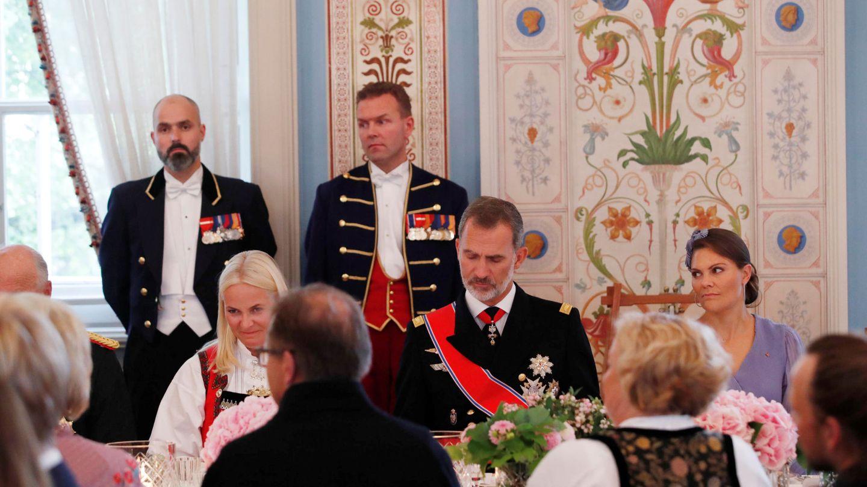 El rey Felipe, sentado entre Mette Marit de Noruega y Victoria de Suecia. (Reuters)