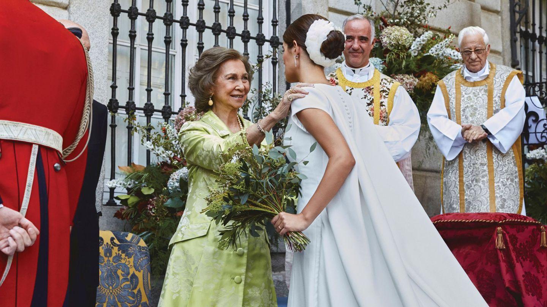 La reina Sofía saluda a la duquesa de Huéscar. (EFE)