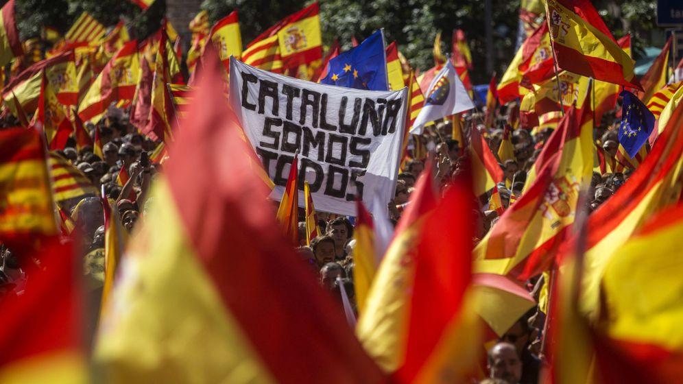 Foto: Vista de la manifestación convocada por Societat Civil Catalana en Barcelona. (EFE)