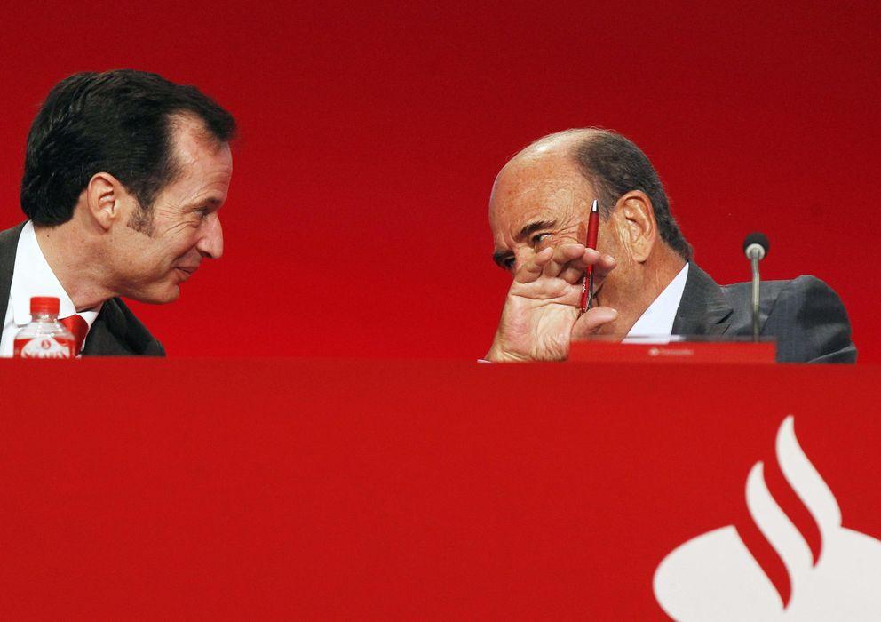 Foto: El presidente del Banco Santander Emilio Botín conversa con el consejero delegado del banco, Javier Marín (Efe)
