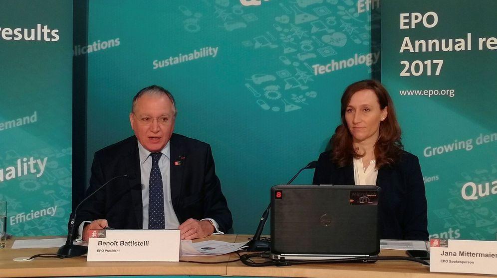 Foto: El presidente de la OEP, Benoît Battistelli, y la portavoz, Jana Mittermaier, presentan hoy el informe anual de la OPE en Bruselas (EFE)