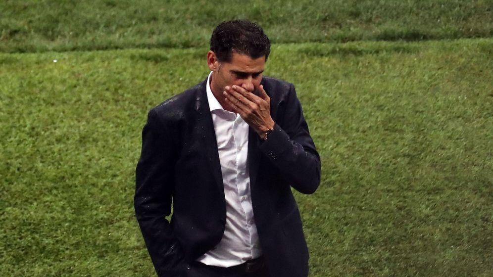 Foto: Fernando Hierro, cabizbajo tras la eliminación de Rusia en los penaltis. (EFE)
