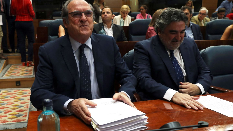 El portavoz del Grupo Socialista en la Asamblea de Madrid, Ángel Gabilondo (i), con el hasta ahora portavoz adjunto y próximo ministro de Cultura y Deporte, José Manuel Rodríguez Uribes, el pasado 14 de agosto en la Cámara autonómica. (EFE)