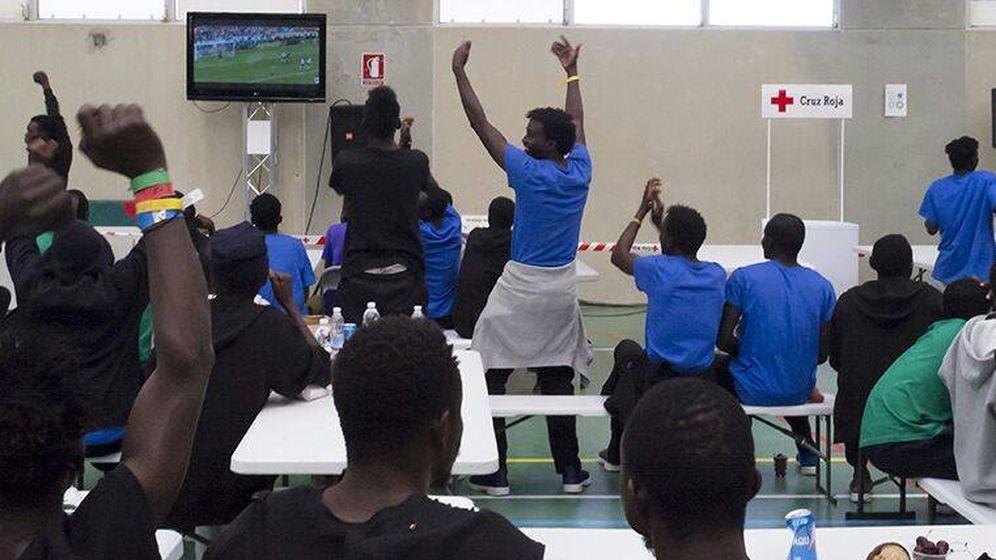 Foto: Inmigrantes refugiados en Cheste celebran un gol de Senegal contra Polonia en el Mundial de Rusia. (Cruz Roja)