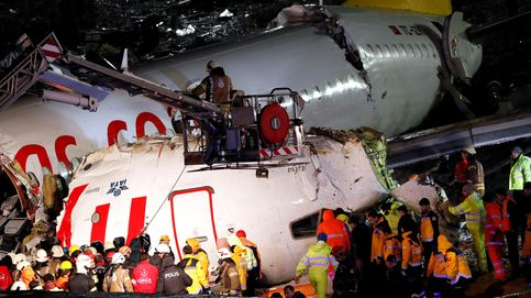 Tres muertos al salirse un avión de la pista y partirse en tres tras aterrizar en Estambul