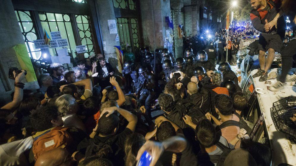 Foto: Agentes custodian las puertas de la sede de la consellería de Economía de la Generalitat. (EFE)