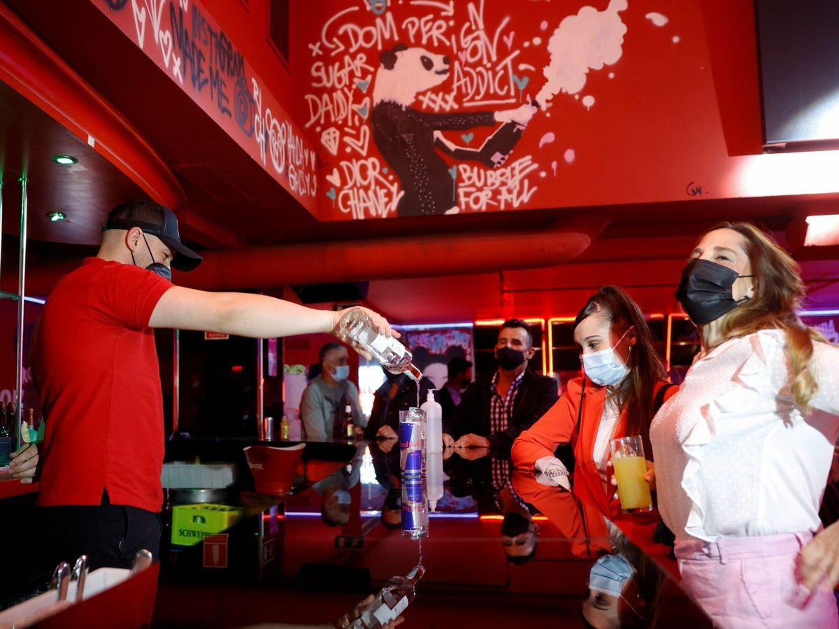 Foto:  Un camarero sirve una bebida en el interior de una discoteca este lunes en Madrid. (EFE)