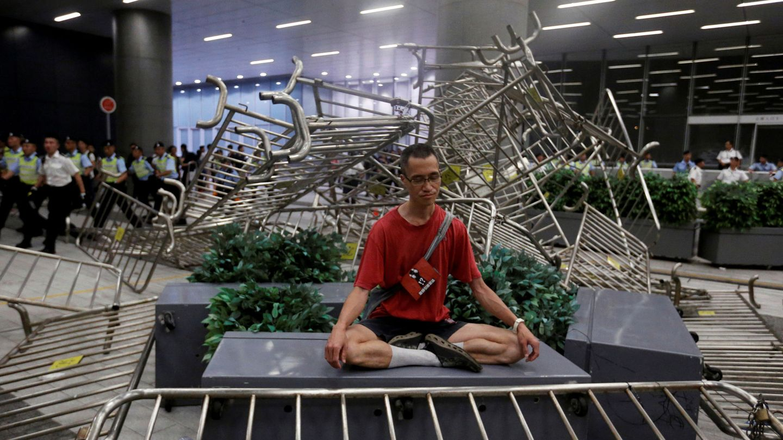 Un hombre medita durante la manifestación en Hong Kong. (EFE)