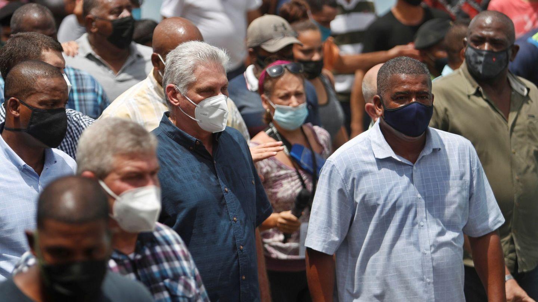 El presidente de Cuba Miguel Díaz-Canel (c) acompañado por simpatizantes en una calle del pueblo San Antonio de los Baños (Cuba). (EFE)