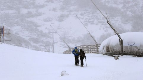 Sigue la alerta: la nieve dificulta el tráfico en 95 carreteras, nueve de la red principal