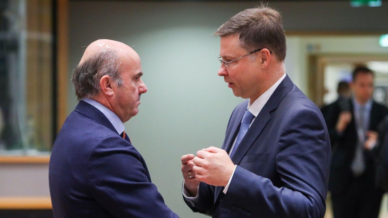 Luis de Guindos (i) charla con el vicepresidente de la Comisión Europea, Valdis Dombrovskis. (EFE)